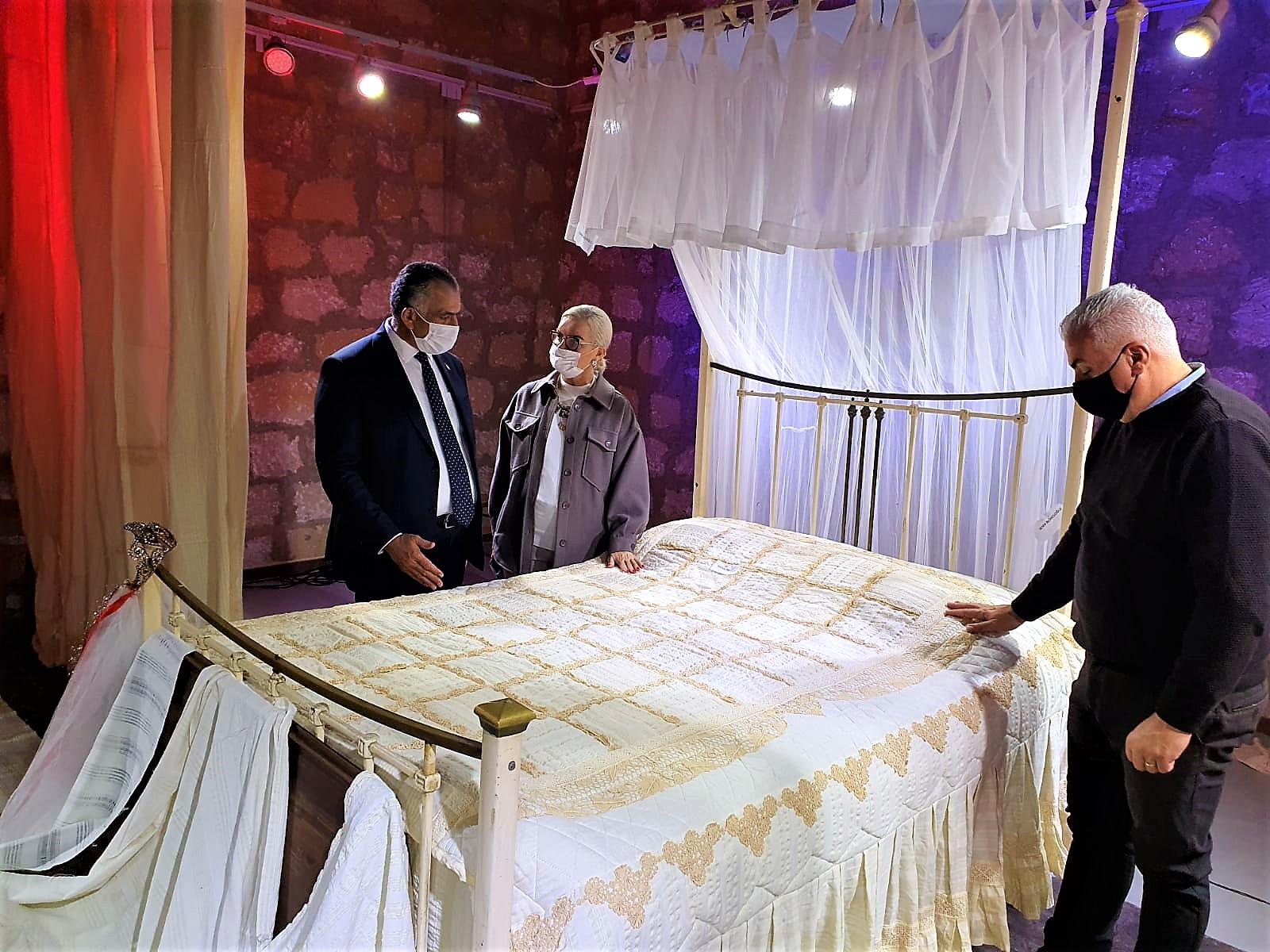 ozgur_gazete_kibris_Akademi_Sanat_Dernegi_nin_Kaybolan_Kulturumuz_Carsaflarimiz_sergisi_acildi3