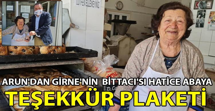 ozgur_gazete_kibris_arun_dan_girne_nin_bittacisi_hatice_abaya_tesekkuer_plaketi